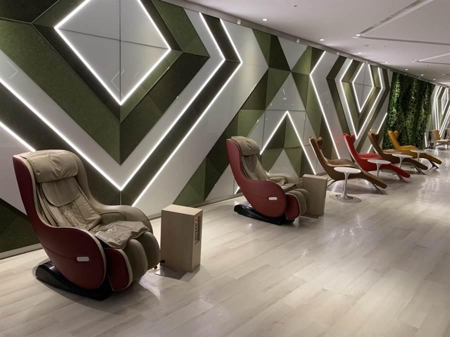 累了有按摩與躺椅可供休息。圖:台北航站