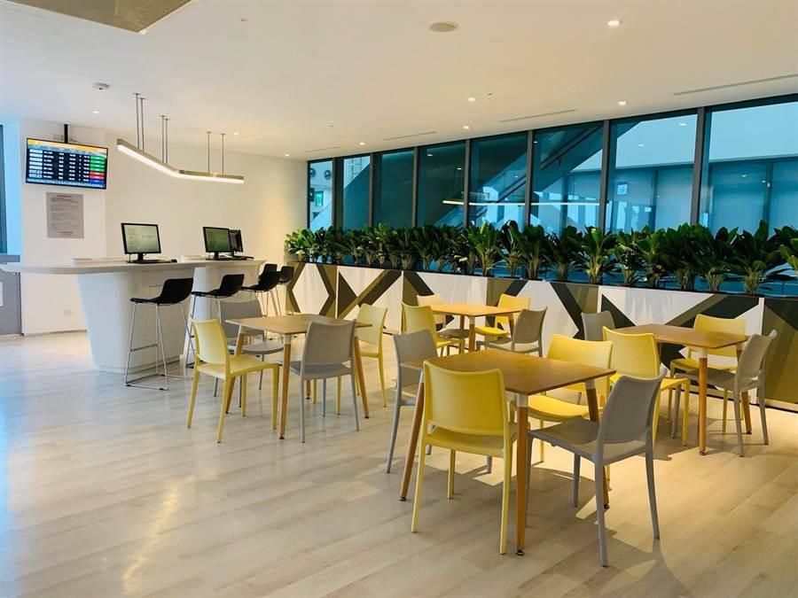 想辦公有桌子與公用電腦可使用。圖:台北航站