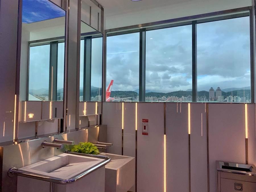 男生廁所觀景窗讓女士們很羨慕。圖:台北航站