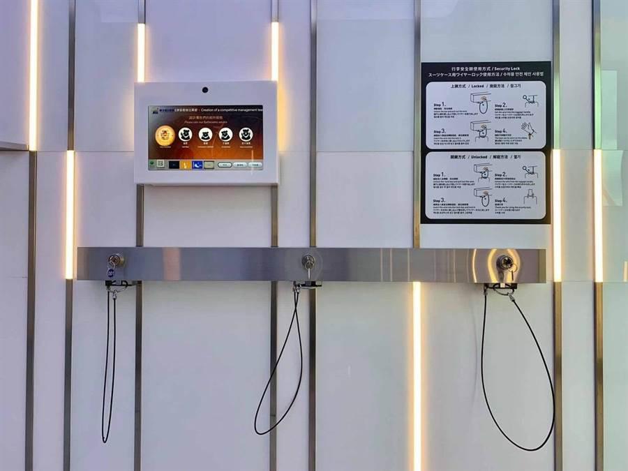 廁所門口有栓行李的鎖鏈。圖:台北航站