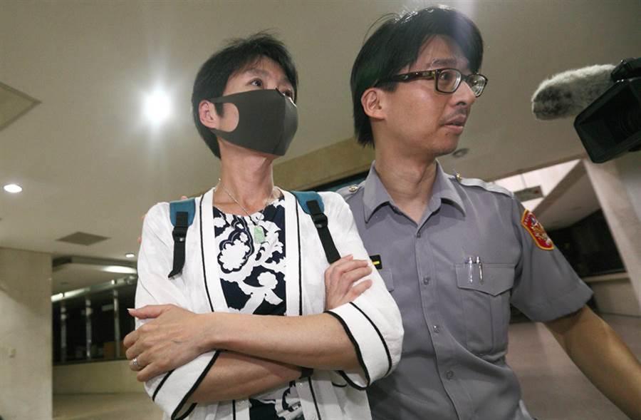 華航空中用品服務部協理于堯(圖左)晚間移送北檢複訊。(張鎧乙攝)