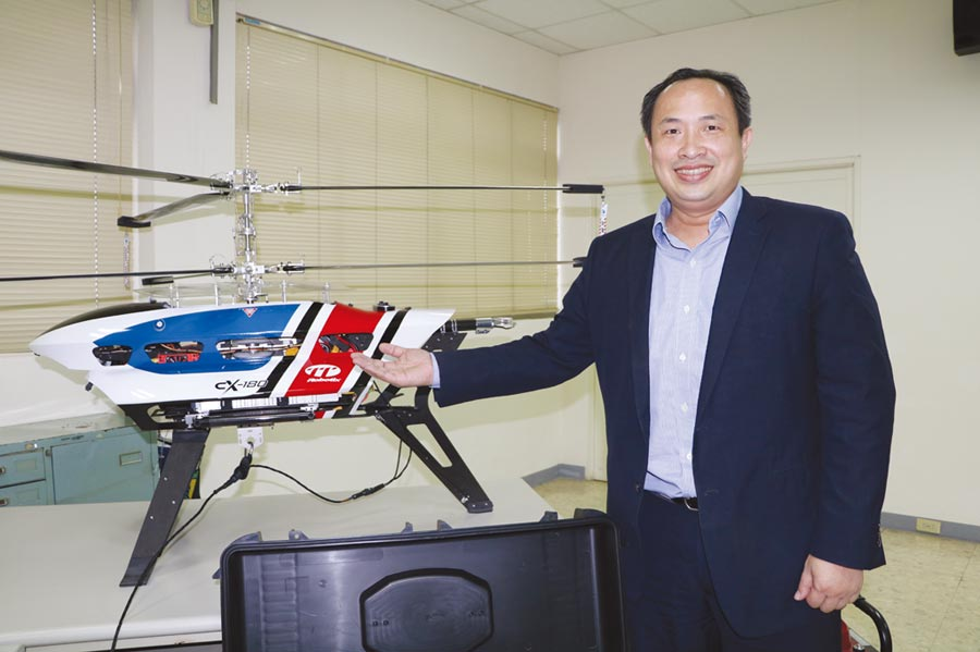 雷虎科技董事長陳冠如,8月15日將在台北航太暨國防工業展及台灣無人飛行載具展中,秀出工業級大型長滯空無人機直升機CX180,提前布局未來5G無人機基地台等應用商機。圖/劉朱松