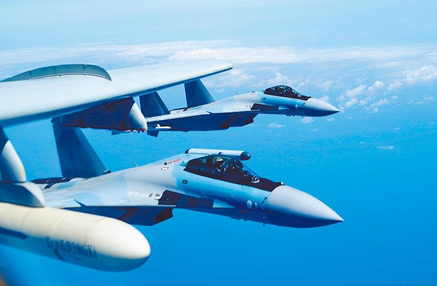 陸空軍蘇-35戰機與轟-6k戰機編隊飛行。 (新華社)