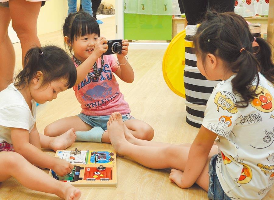 中壢公共托育家園30日啟動,現場小朋友玩得相當開心。(邱立雅攝)
