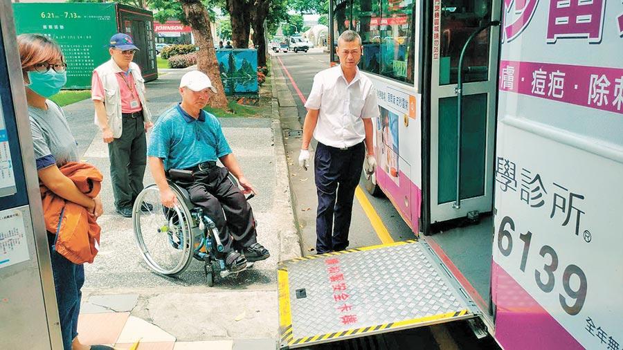 台中市目前約有1600台一般公車,超過7成為低地板無障礙設計,交通局訂2年內提升至9成,方便民眾搭乘。(盧金足攝)