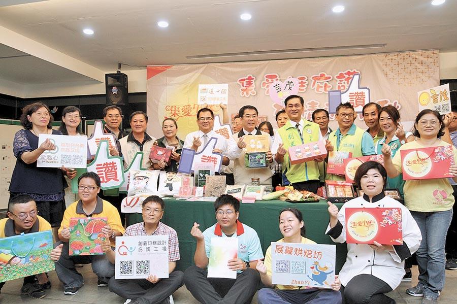 台南市勞工局結合區內5家庇護工場推出3款「集愛中秋」月餅禮盒,另外還有蛋捲、烤肉組合,提供民眾在秋節送禮時有更多選擇,也能關懷弱勢做公益。(莊曜聰攝)