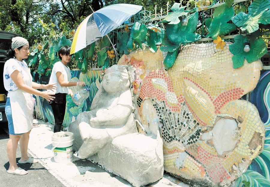 因排水工程遭拆毀的「絲瓜阿嬤」,透過藝術家巧手修復,將重新「復活」。(林和生攝)
