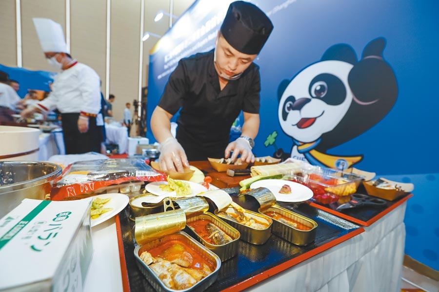 7月26日,廚師在上海進博會演示區製作壽司。(新華社)