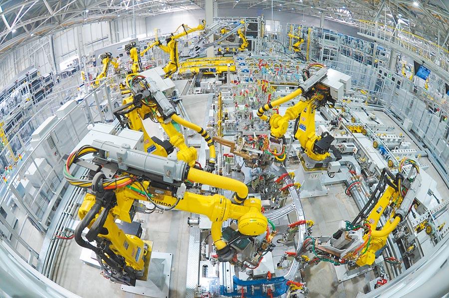 2016年10月18日,機器人在北京現代滄州工廠焊接生產線工作。(新華社)
