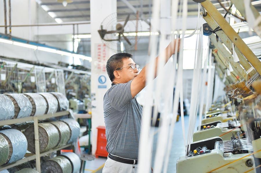 2018年9月11日,東莞台商在拉鏈廠房查看生產情況。(新華社)