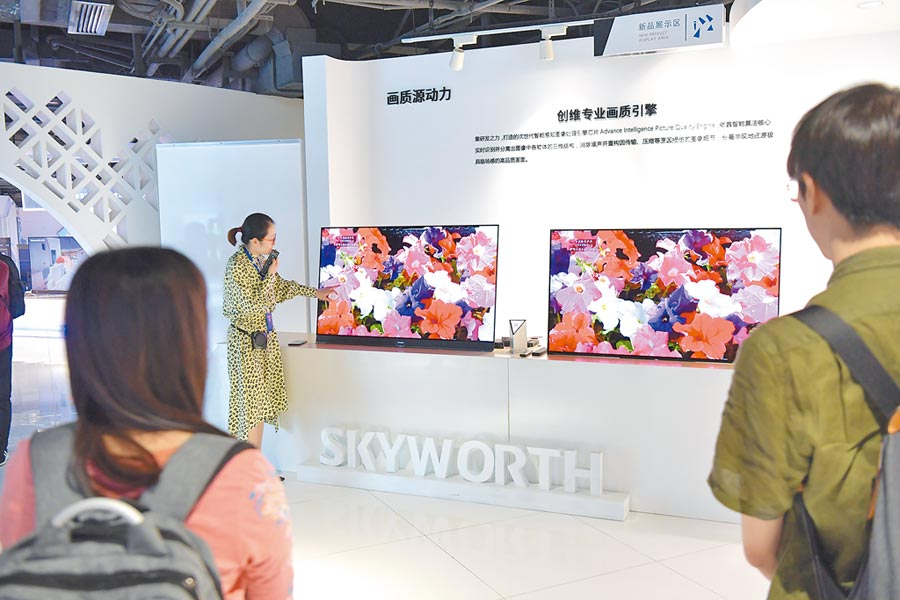 4月11日,媒體在深圳第七屆中國電子信息博覽會參觀。(中新社)