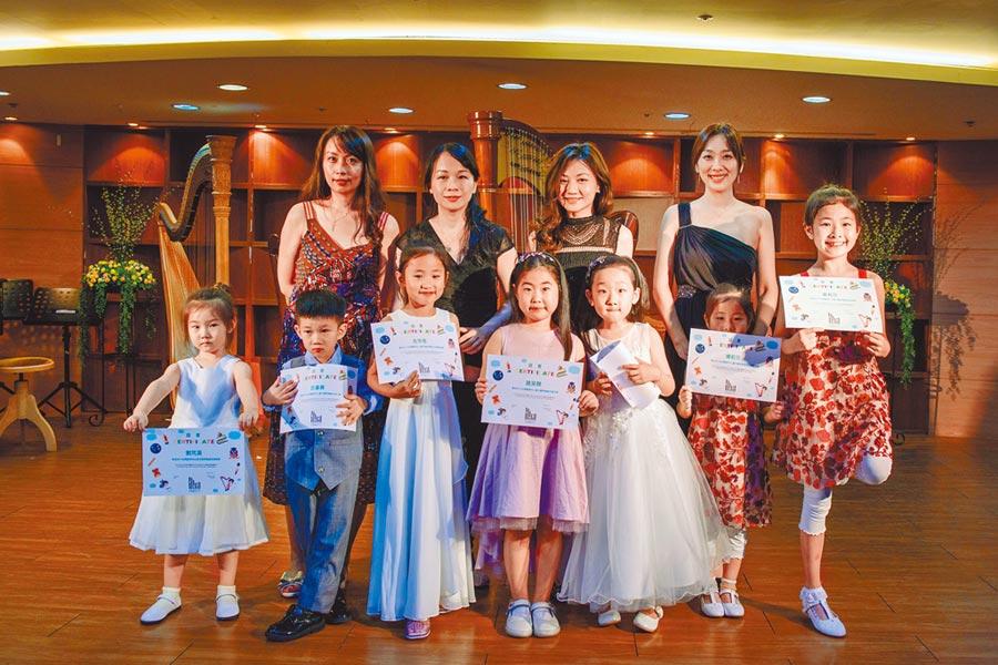 在北京發展的台青豎琴老師陳思穎(後排左1)、黃立雅(後排右2),日前率北京學生到台北參加國際豎琴節開幕音樂會表演。(黃立雅提供)