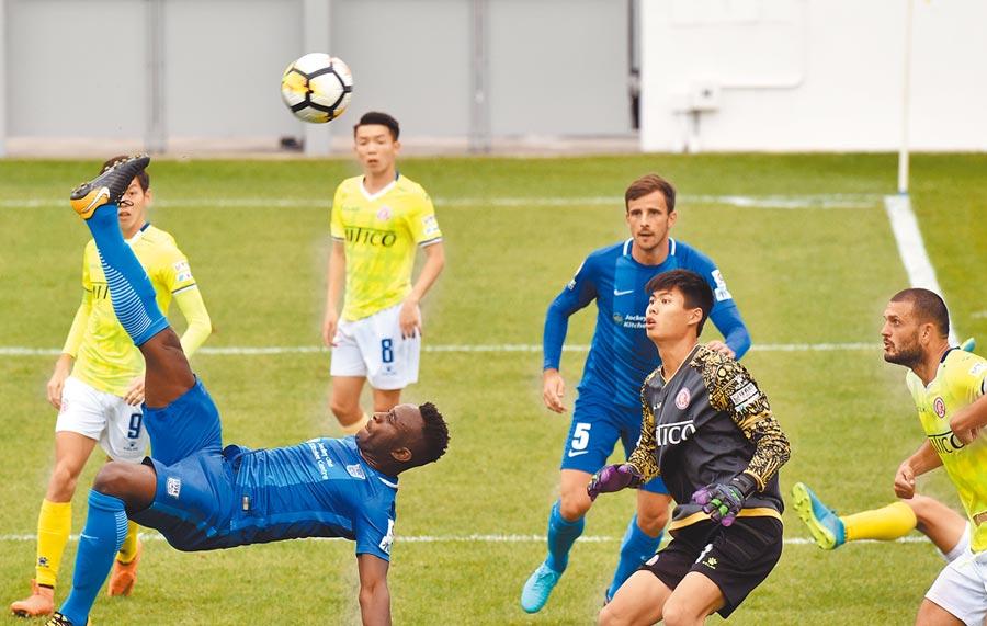 出生於尼日的亞歷克斯‧艾簡迪加入香港籍,圖為亞歷克斯(前左)在比賽中倒勾射門。(新華社資料照片)