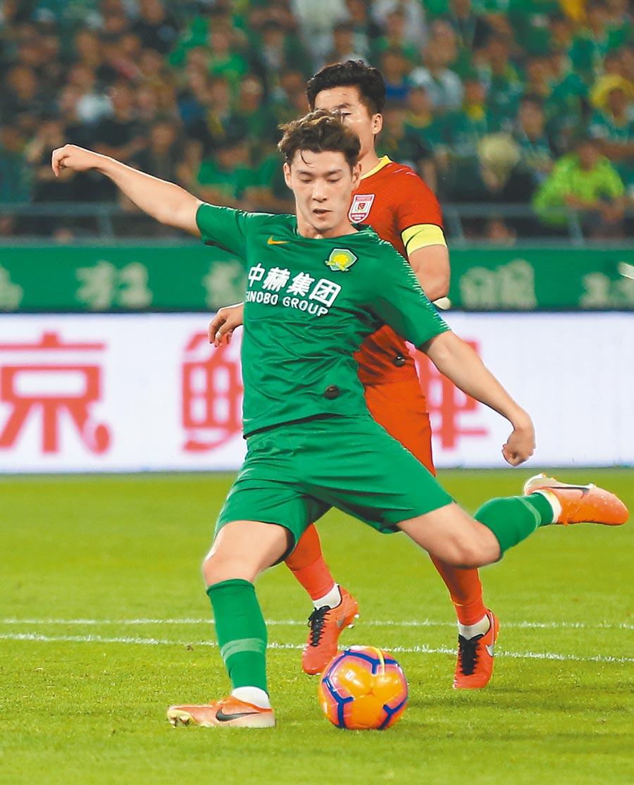 在北京舉行的2019中國足協杯第五輪比賽中北京中赫國安隊球員侯永永(前)在比賽中射門得分。(新華社資料照片)