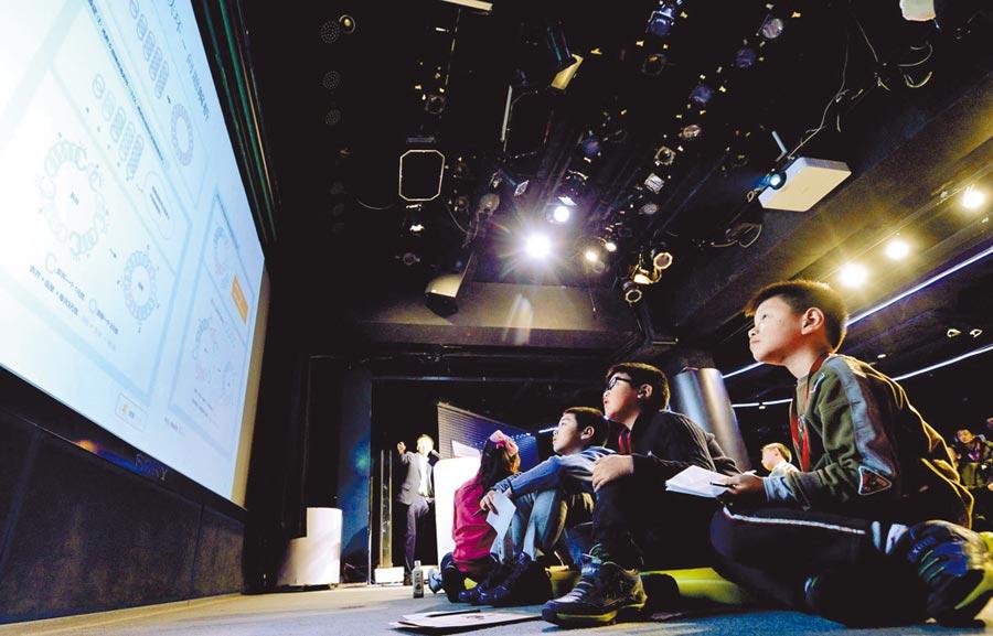 2月10日,來自日本算數奧林匹克委員會的老師為幾位北京的小學生講解趣味數學。(中新社)