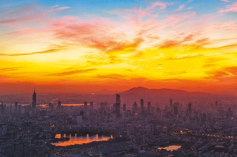 7月30日,南京持續高溫「燒」出好天氣,城區上空漫天紅霞。(中新社)