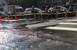 板橋路面突崩裂噴水 交通大打結