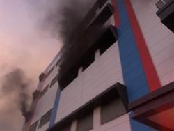 樹谷工業區清晨大火 消防員摸黑打火