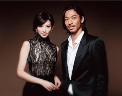 林志玲穿白色禮服現身日本!合體老公後公開談「婚禮日期」