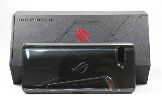 ROG Phone II手機與包裝盒。(圖/黃慧雯攝)