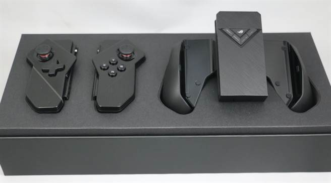 ROG Phone II全新配件:Kunai GamePad遊戲控制器。(圖/黃慧雯攝)