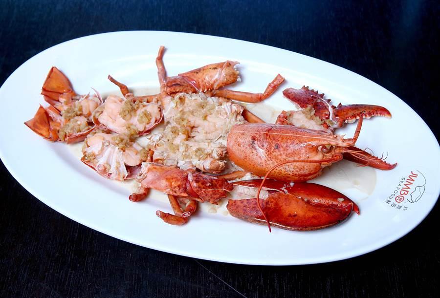 新光三越珍寶海鮮波士頓活龍蝦,每隻原價1880元,skm pay限時專屬價買1送1。(粘耿豪攝)