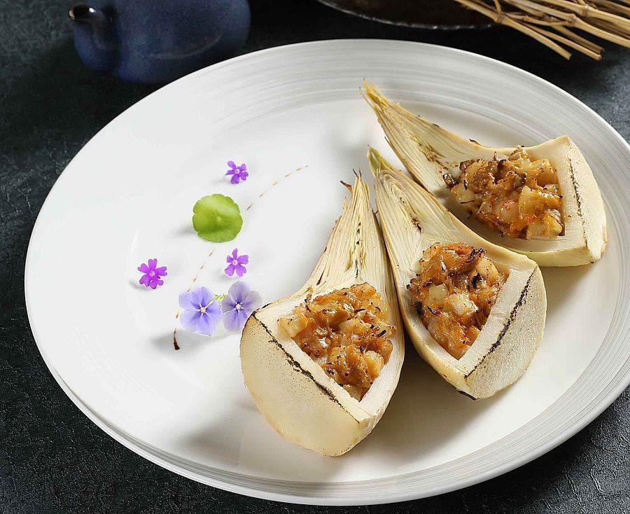 海膽醬焗烤黃金筍。(圖取Mega 50官網)