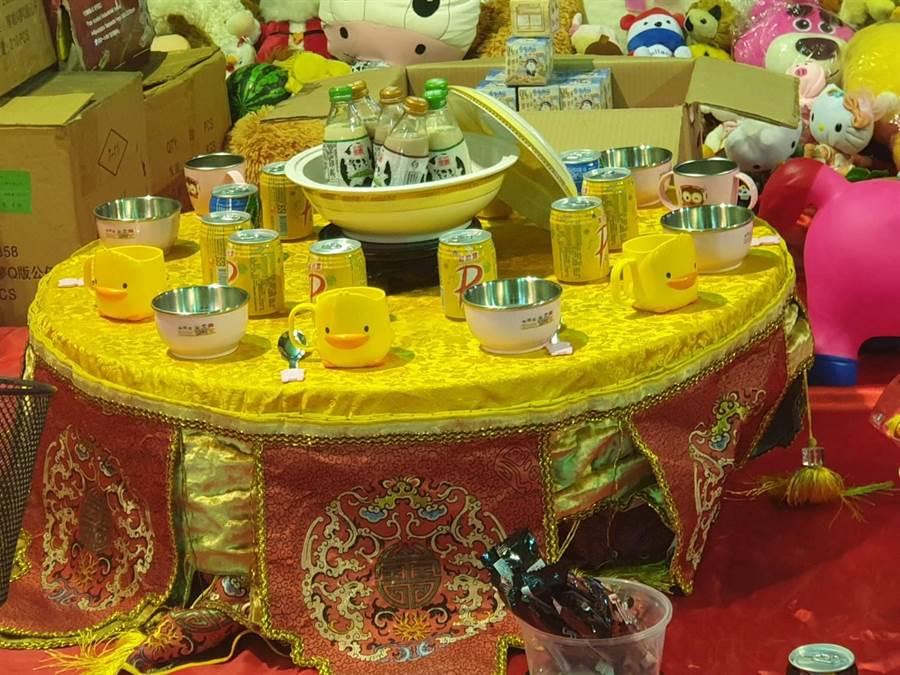矮桌特區裏貼心準備小朋友喜歡的玩偶,牛奶和八寶粥。(馮惠宜攝)