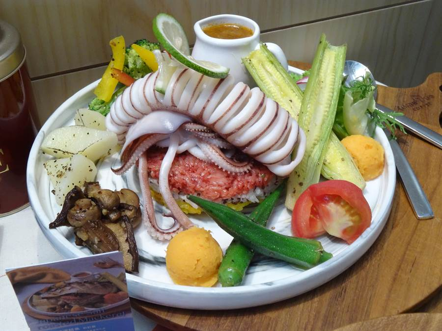 繽紛彩虹飯則選用健康的彰化冠軍馥米、紅麴、藜麥、薑黃,多層次的組合,不僅顏色鮮豔,口感層次也相當豐富。(馮惠宜攝)