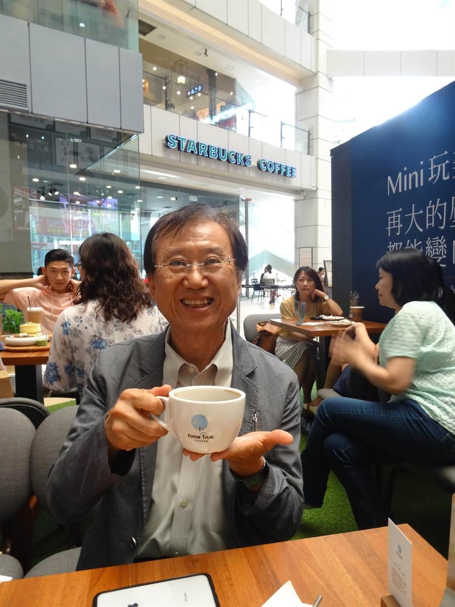 「成真咖啡」進駐大魯閣新時代購物中心,這家分店恰巧就包住星巴克。(馮惠宜攝)
