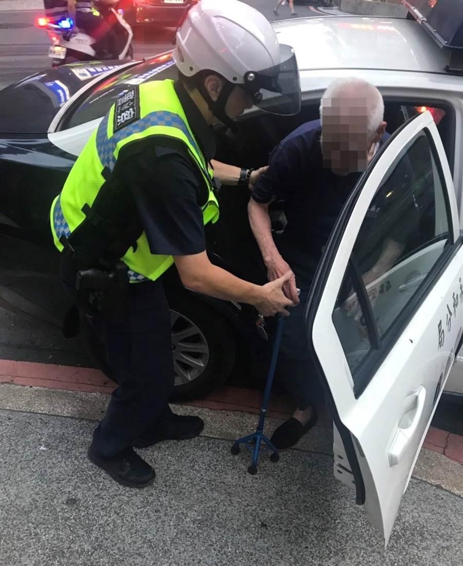 9旬蔡姓老翁跌倒呆坐路邊,永和警分局警員協助返家。(葉書宏翻攝)