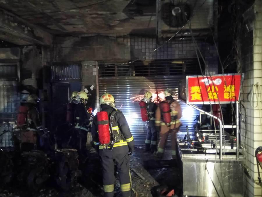 新北市板橋區大東街某老舊公寓昨凌晨0時許發生火警,9輛機車遭燒毀,警方循線逮捕57歲李姓男子涉嫌縱火。(葉書宏翻攝)
