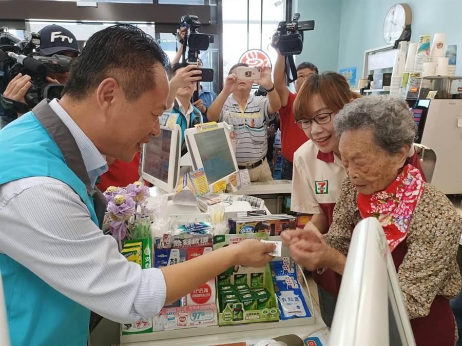 全台最高齡實習生的101歲梅珠阿嬤,熟練地為嘉義縣長翁章梁結帳。(張毓翎攝)