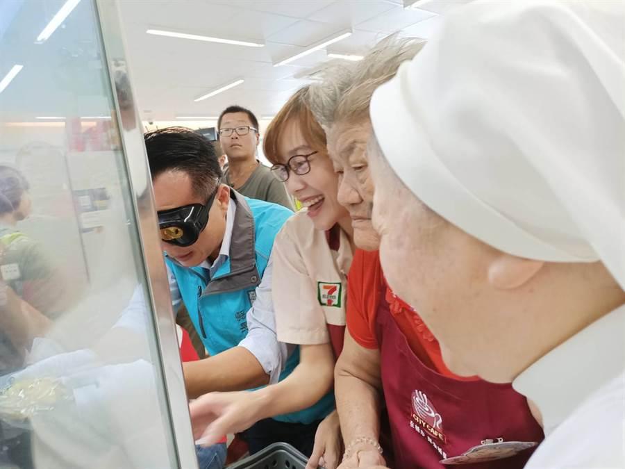 75歲富子阿嬤因平時會游泳,仍十分有力氣,帶領特別穿戴特殊老化眼鏡的嘉義縣長翁章梁,仔細排列飲料貨架。(張毓翎攝)