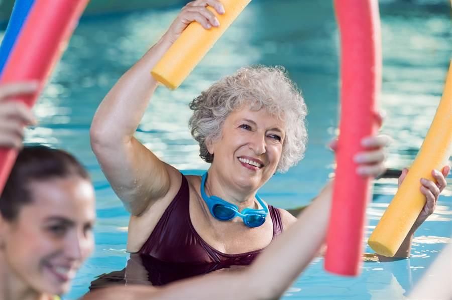 美國紐約一名107歲老婦人吐露自己長壽的秘訣,竟然不是規律運動與健康飲食,而是保持單身。圖為示意圖,非當事人。(示意圖/shutterstock)