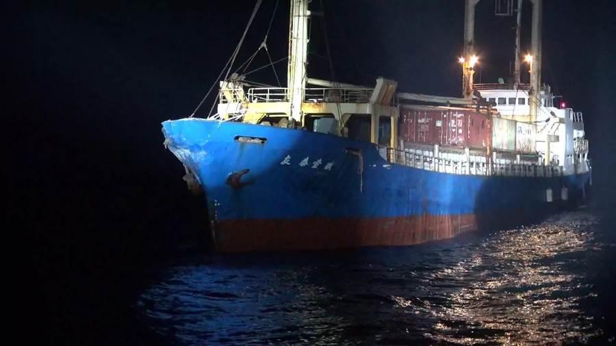 高雄籍散裝貨輪「友泰壹號」昨(31)日晚間在金門料羅南南東方19.5浬處與疑似陸方軍艦發生擦撞事故。(海巡提供)