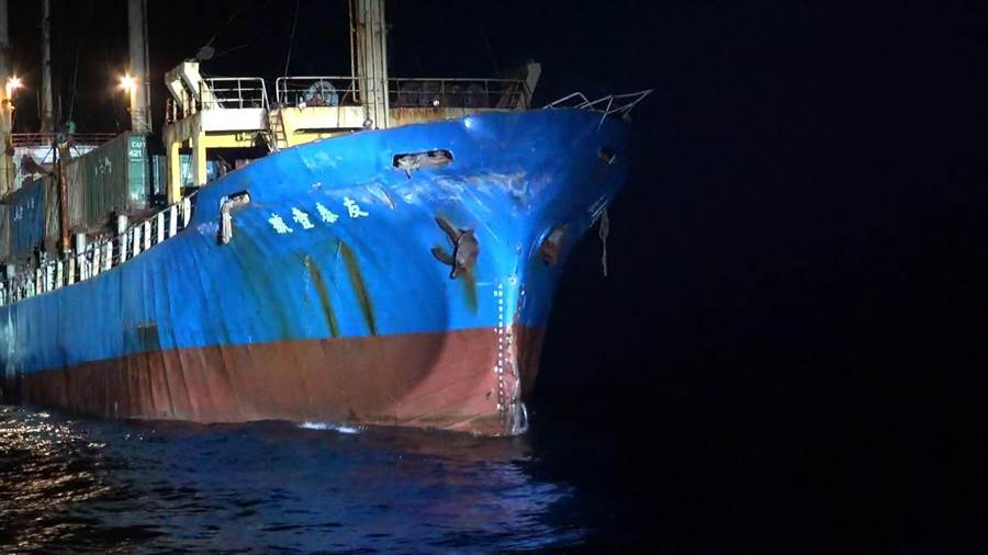 「友泰壹號」右船首遭擦撞受損,後續將循海事糾紛機制處理。(海巡提供)