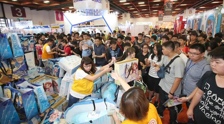漫畫博覽會1日開幕,熱情的動漫迷在開幕後,擠在廠商的福袋銷售區搶購有大優惠的福袋。(鄭任南攝)