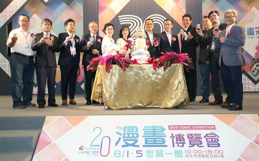 漫畫博覽會1日開幕,文化部次長彭俊亨(右7)、立委鄭運鵬(右6)及中華動漫協進會理事長黃詠雪(左6)帶領現場賓主持開幕儀式,並為漫畫博覽會20周年切蛋糕慶祝。(鄭任南攝)