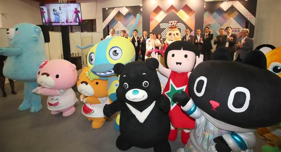 漫畫博覽會1日開幕,參與主辦單位舉辦的吉祥物們於開幕儀式後擠在台前,與現場來賓一同慶祝開幕。(鄭任南攝)