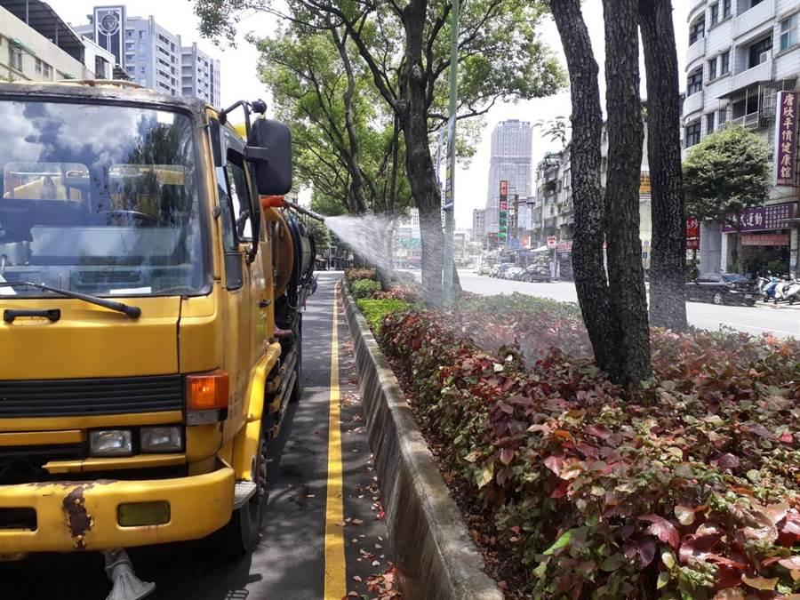 新北市高溫橙燈警示,市府出動灑水車降溫。(吳家詮翻攝)