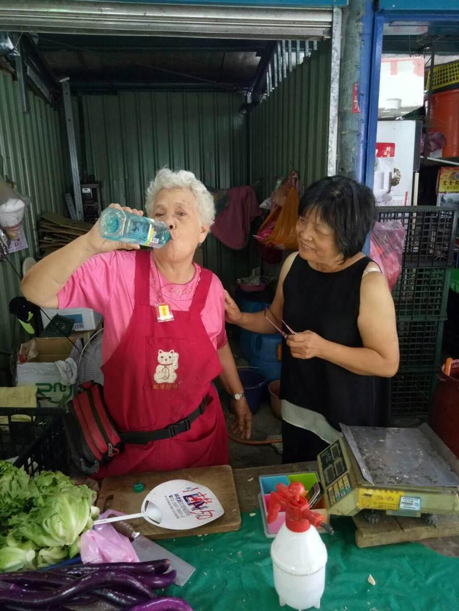 警消巡訪呼籲市民天熱要多補充水分。(吳家詮翻攝)