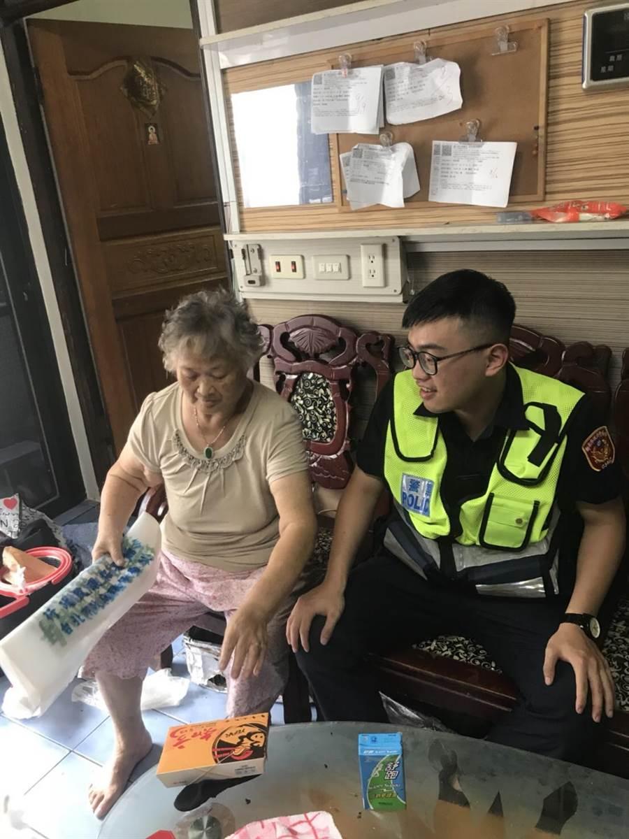 新北警方訪問關懷老人,宣導注意防熱。(吳家詮翻攝)