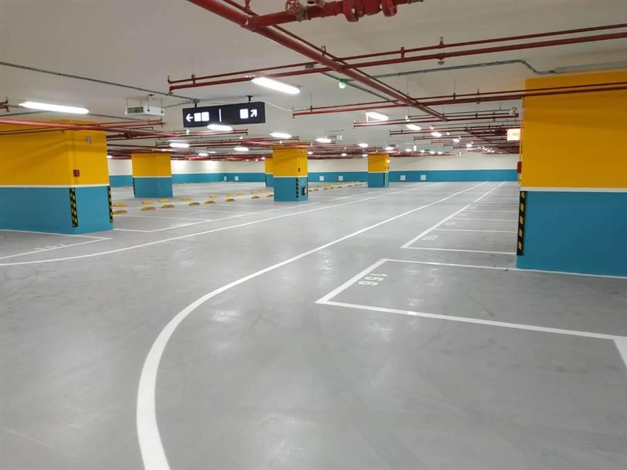 土城中央公園地下停車場提供321個小型停車位、459個機車位。(許哲瑗翻攝)