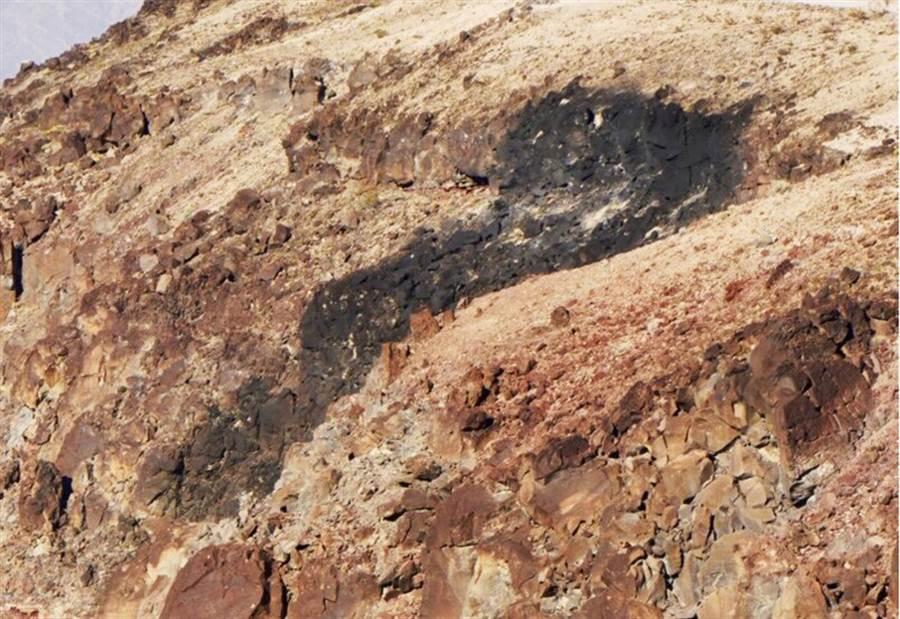 1架F/A-18E戰機7月31日在加州死谷國家公園墜毀後,留下焦黑的痕跡。(美聯社)