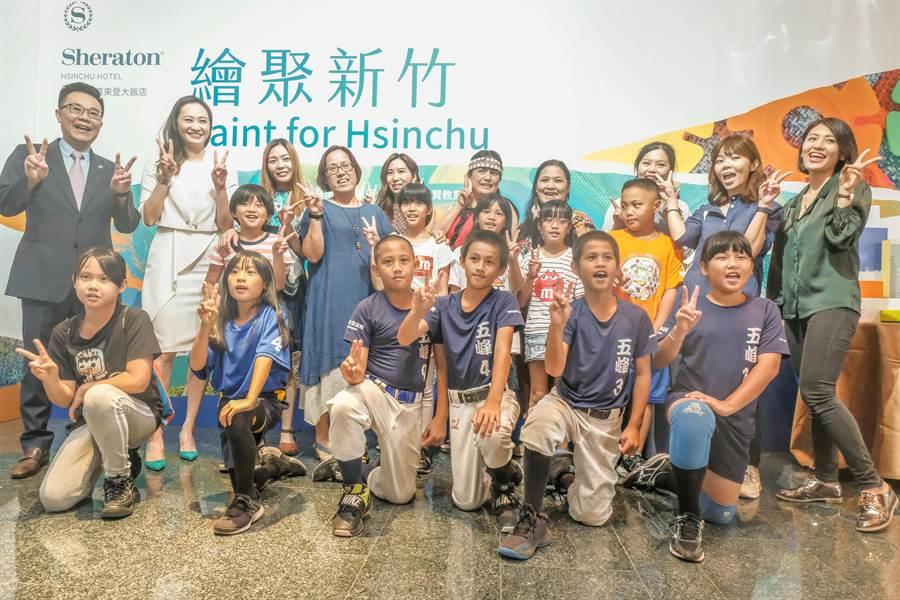 喜來登「繪聚新竹」畫展,邀五峰國小小小藝術家共同歡喜開展。(羅浚濱攝)