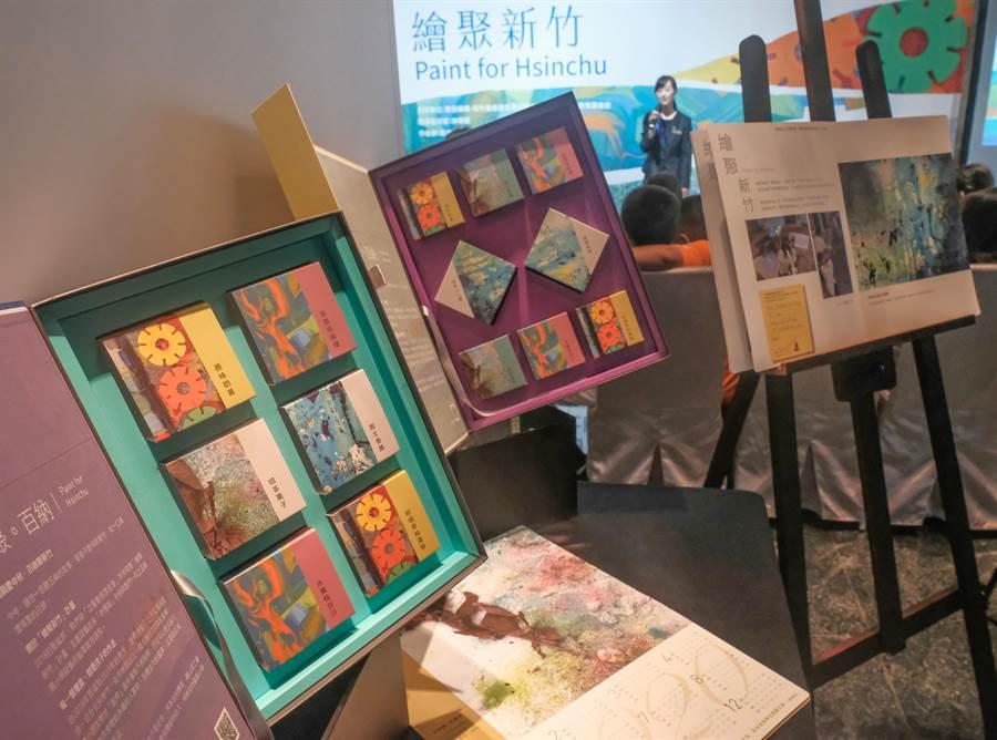 五峰國小小朋友以「家」和「自己」為主題的創作,融入今年喜來登大飯店的月餅禮盒。(羅浚濱攝)