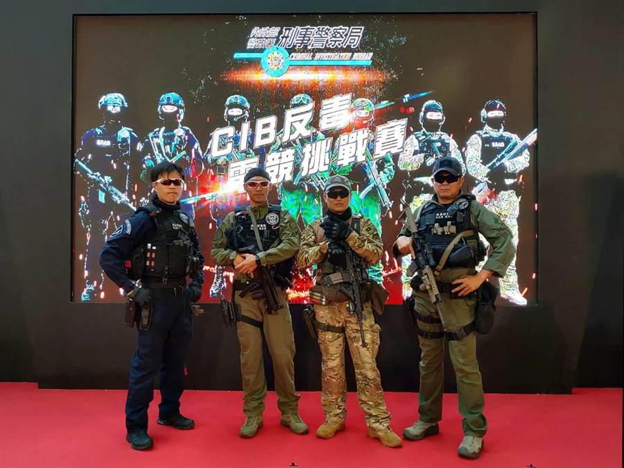 刑事局精銳特警「除暴特勤隊」在現場展示攻堅緝毒裝備。 (林郁平翻攝)