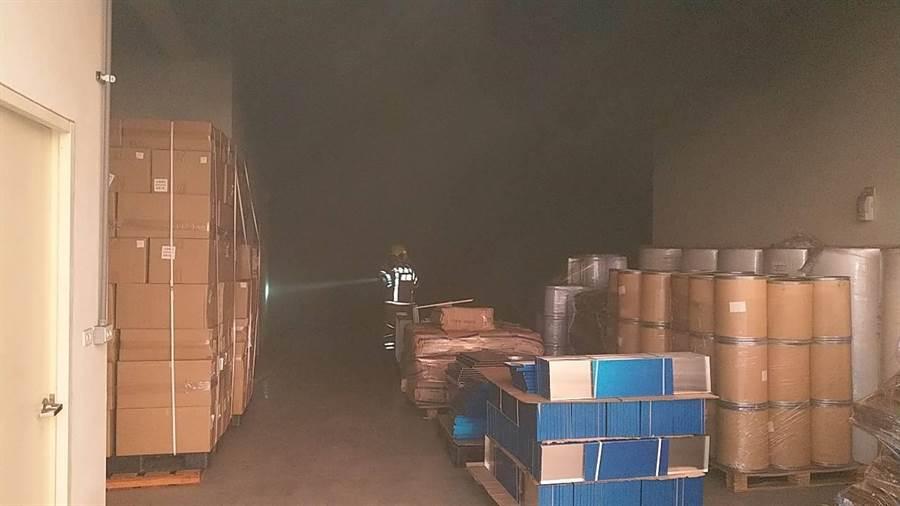 台南市新市區紫楝路一家活性碳工廠1日清晨傳出火警,經消防人員搶救順利滅火,所幸無人傷亡。(劉秀芬翻攝)