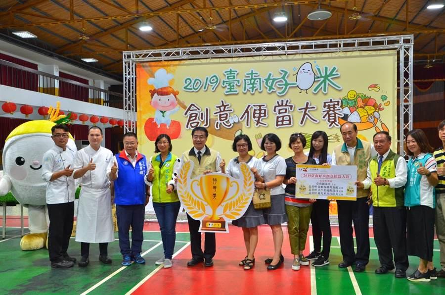 台南市農業局結合轄區30間農會舉辦「2019台南好米創意便當大賽」,從白米烹調、配菜、擺盤等大比拚,最後由西港農會的清雅麻香蔬食百匯拿下特等獎榮譽。(莊曜聰攝)